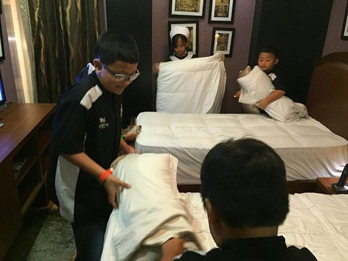 Anak-anak bekerja sebagai Housekeeping di Hotel Elite – Kidzania Jakarta